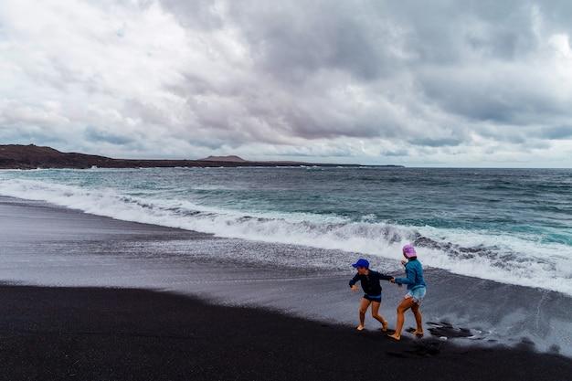 Schöner strand auf der insel lanzarote. sandstrand umgeben von vulkanischen bergen / atlantik und wunderschönem strand. lanzarote. kanarische inseln