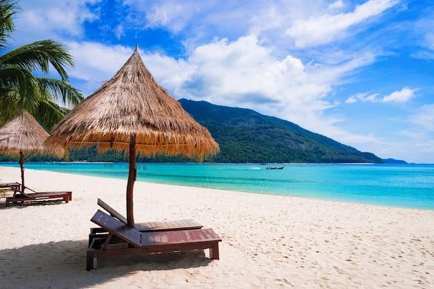 Schöner strand. liegestühle