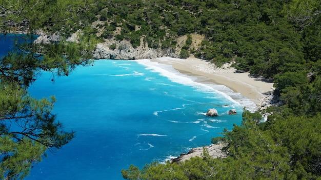 Schöner strand mit klarem sand und türkisfarbenem wasser im mittelmeer in der türkei