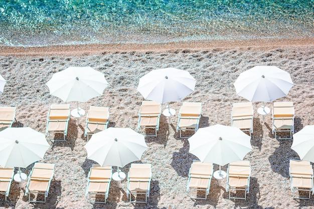 Schöner strand mit klarem wasser im reservat gargano