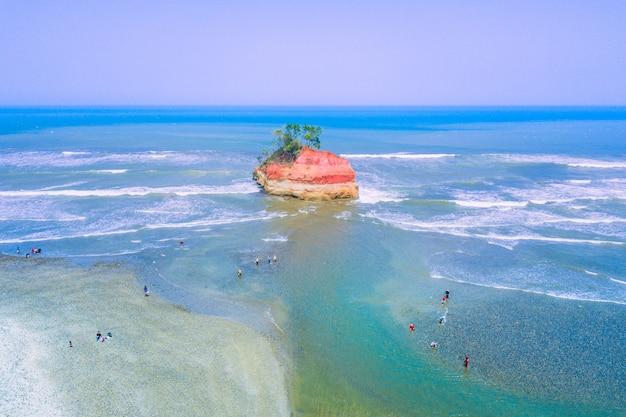 Schöner strand mit luftaufnahmen in nordbengkulu