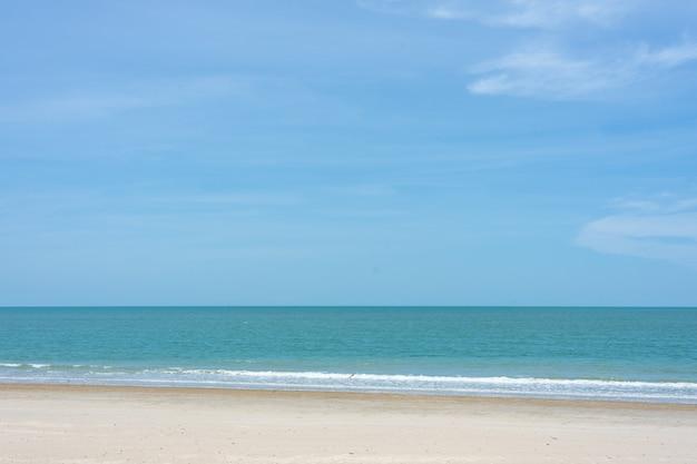 Schöner strand mit skyline.