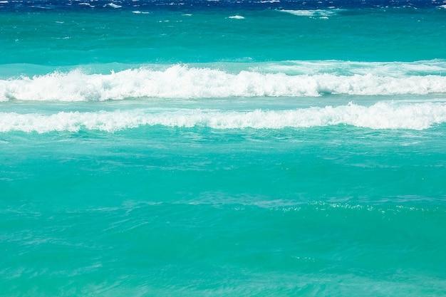 Schöner strand mit wellen in der natur der oberfläche