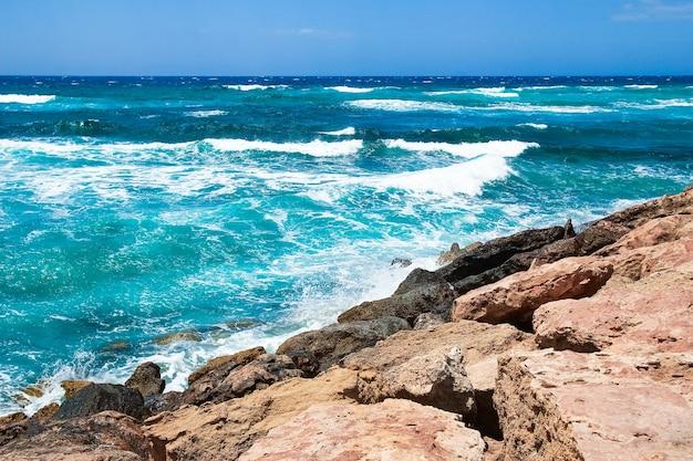 Schöner strand mit wellen in der natur im hintergrund