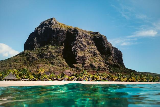 Schöner strand, palmen und wolken am horizont