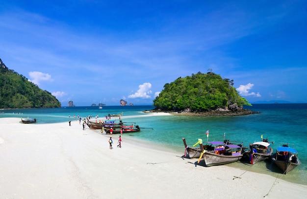 Schöner strand und tropisches meer, krabi, in thailand.