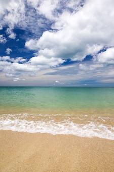 Schöner strand und tropisches meer
