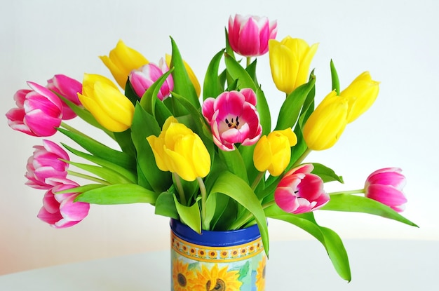 Schöner strauß der rosa und gelben tulpen. urlaubshintergrund
