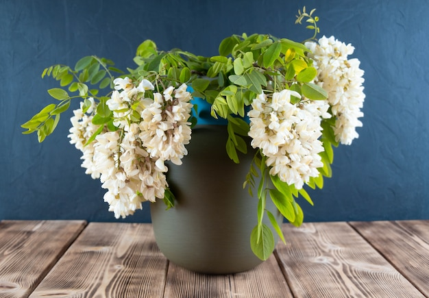 Schöner strauß der weißen blumen in einer vase