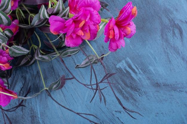 Schöner strauß frischer lila blumen auf blau.