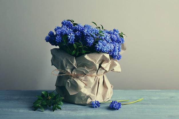 Schöner strauß muscari - hyazinthe in vase
