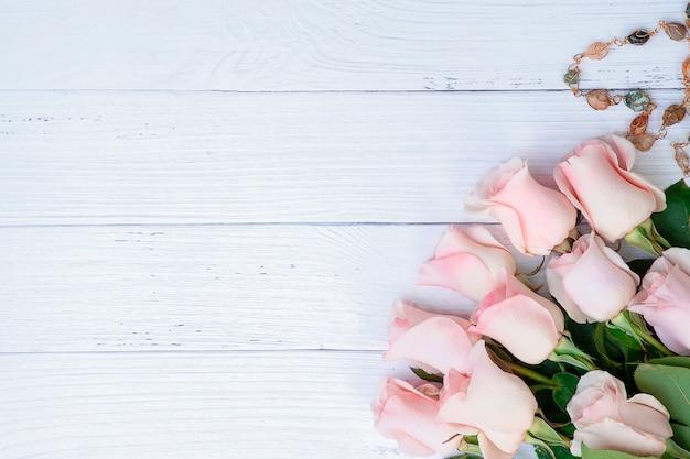 Schöner strauß rosa rosen