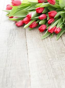 Schöner strauß tulpen auf holztisch