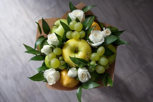 Schöner strauß von früchten und blumen