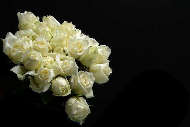 Schöner strauß weißer rose,