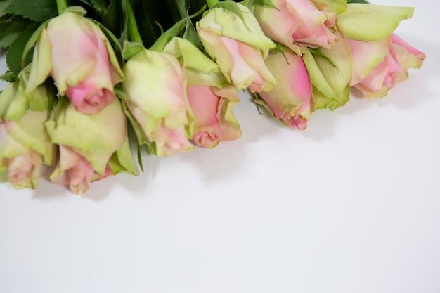 Schöner strauß zarter rosen als geschenk für frauen im urlaub