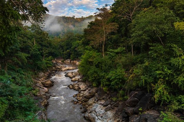 Schöner strom und schlucht in nationalpark ob-luang, chiangmai-provinz, thailand.