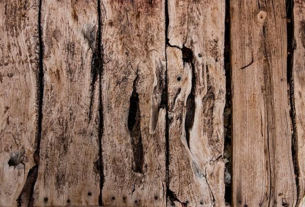 Schöner strukturierter hintergrund von alten vintagen holzbrettern mit komplexer textur und natürlichen löchern. teller mit alten verwitterten holzbrettern mit tiefer textur