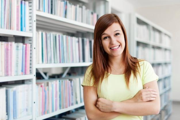 Schöner student in der bibliothek