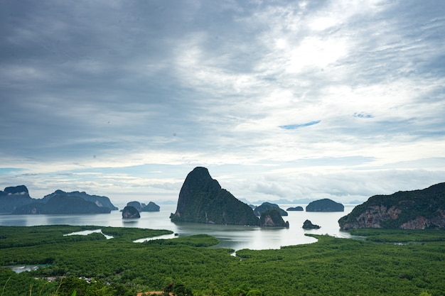 Schöner szenenmeerblick von phangnga-bucht von samed nang chee bergblickpunkt, phangnga, thailand