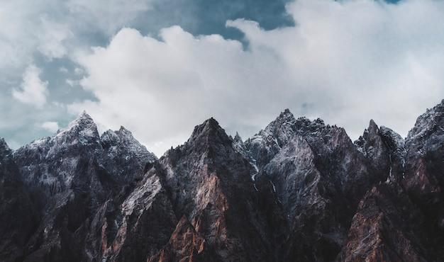 Schöner szenischer himalaja bedeckt im schnee