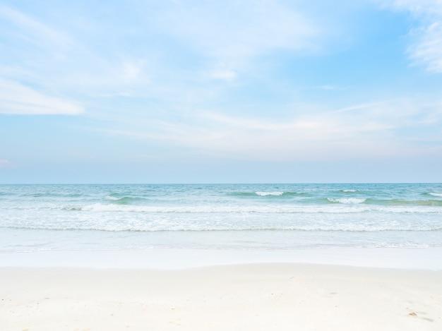 Schöner tag am strand und am blauen himmel