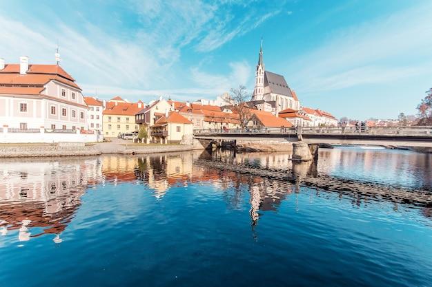 Schöner tag in der historischen stadt mit dem fluss