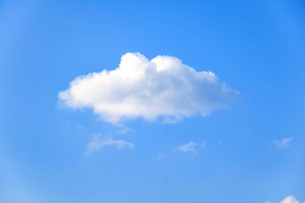 Schöner tag mit blauem himmel
