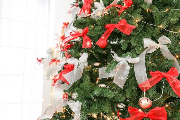 Schöner tannenbaum verziert für weihnachten, nahaufnahme