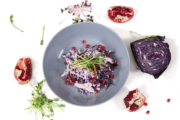 Schöner teller mit leckerem purpurkohlsalat