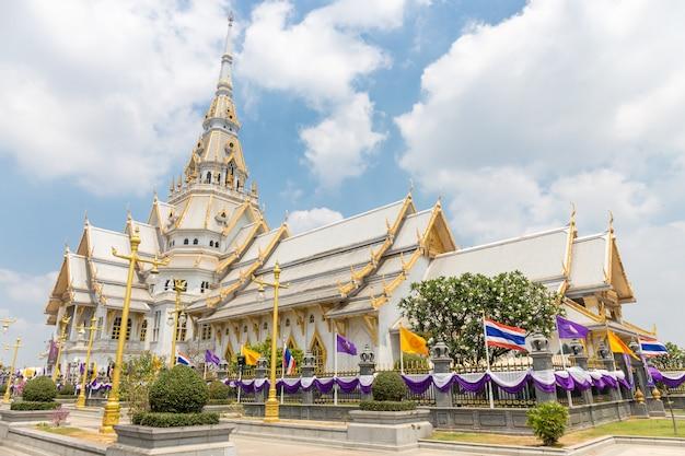 Schöner tempel in thailand wat sothon wararam worawihan errichten vom marmor