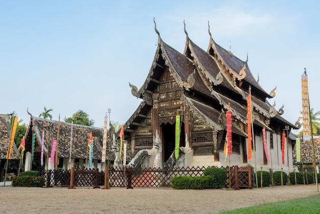 Schöner thailändischer hölzerner tempel lanna in chiang mai, thailand