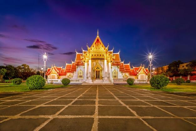 Schöner thailändischer marmortempel (wat benchamabophit) während der dämmerungssonnenuntergangzeit in bangkok, thailand.