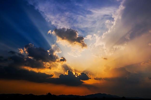 Schöner thailand-sonnenuntergang mit auffallenden strahlen des sonnenlichthintergrundes