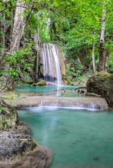Schöner tiefer waldwasserfall des erawan-wasserfalls in kanchaburi, thailand