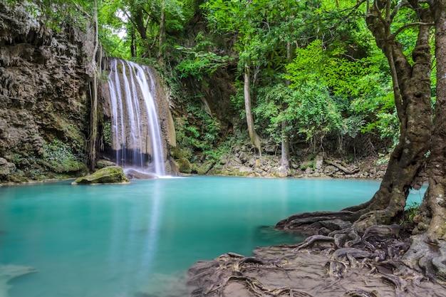 Schöner tiefer waldwasserfall