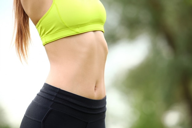 Schöner torso der jungen frau im fitwear