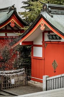 Schöner traditioneller japanischer hölzerner tempelkomplex