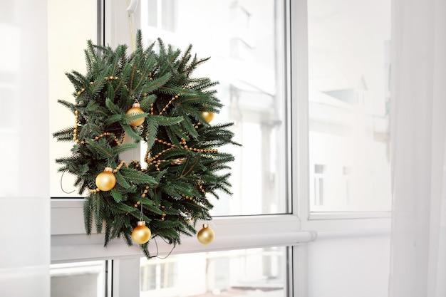 Schöner trendiger weihnachtskranz am fenster