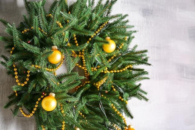 Schöner trendiger weihnachtskranz