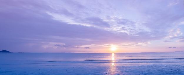 Schöner tropischer lila blauer meeressonnenuntergang des panoramas und gelber wolkenhintergrund