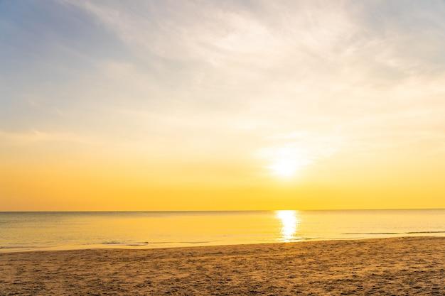 Schöner tropischer naturstrandmeeresozean bei sonnenuntergang oder sonnenaufgang