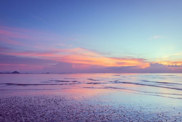 Schöner tropischer rosa blauer seesonnenuntergang und gelbe wolken
