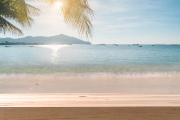 Schöner tropischer sandstrand mit booten und bergen im hintergrund