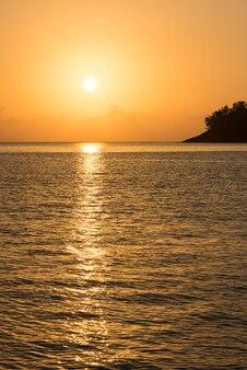 Schöner tropischer sonnenuntergangozeanhintergrund. vertikale aufnahme