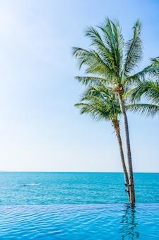 Schöner tropischer strand im freien mit kokosnusspalme