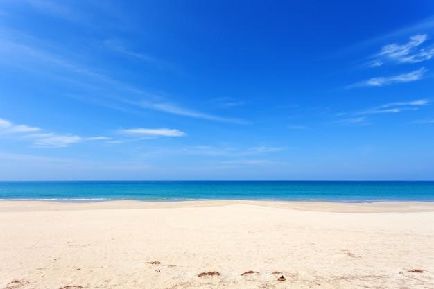 Schöner tropischer strand in der sommersaison in phuket thailand, bild für naturhintergrund