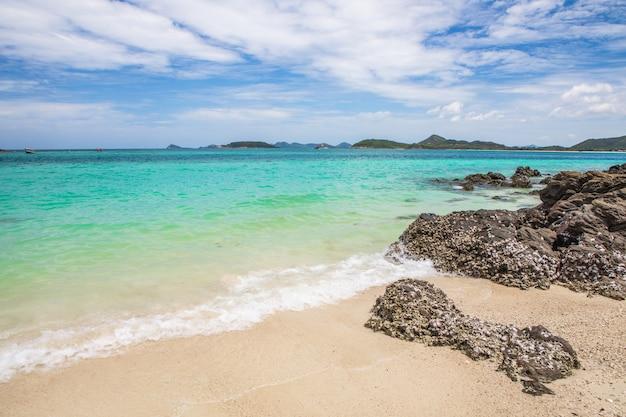 Schöner tropischer strand in sameasarn-insel, chonburi-provinz, thailand.