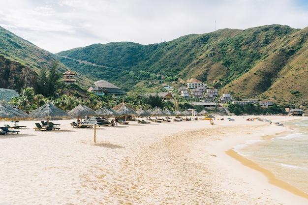 Schöner tropischer strand, meer im sommer