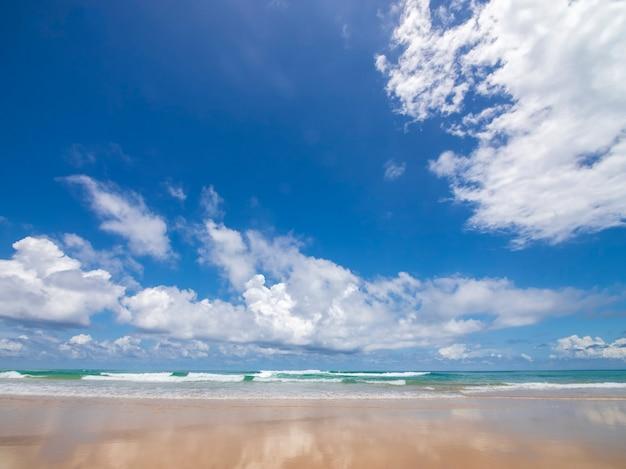 Schöner tropischer strand mit abstraktem beschaffenheitshintergrund des blauen himmels. kopieren sie den raum des sommerurlaubs und des urlaubsgeschäftsreisekonzepts.